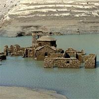 """""""Ngôi làng ma"""" chìm dưới nước bất ngờ nổi lên sau hơn 25 năm biến mất"""