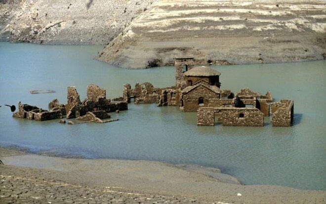 Ngôi làng cổ Fabbriche di Careggine lộ diện trở lại sau hơn 25 năm chìm dưới nước.