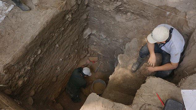 Các bộ hài cốt được chôn sâu trong hầm đá tự nhiên