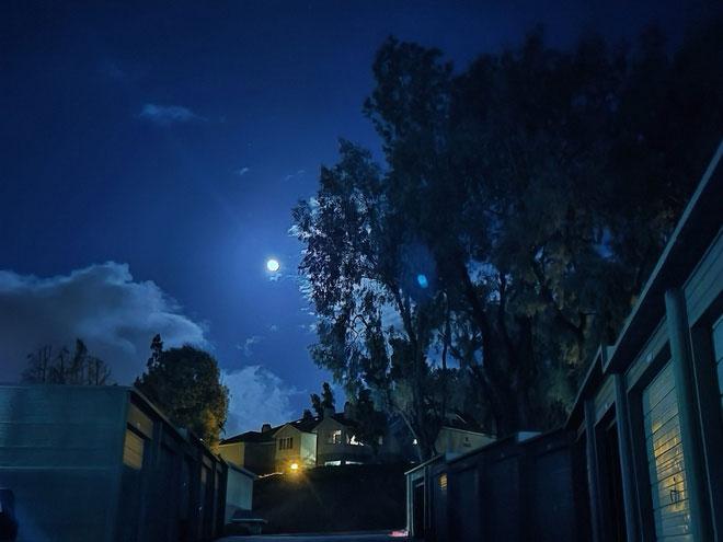 Nhiều người dùng Internet đã chia sẻ những hình ảnh ghi lại khoảnh khắc thiên văn thú vị này.