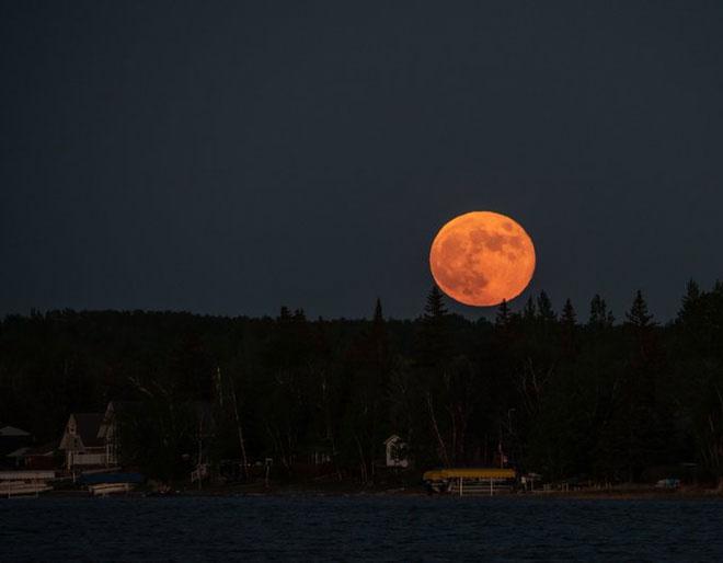 Đây là hình ảnh nguyệt thực nửa tối chụp tại Sandy Lake, tỉnh Manitoba (Canada).