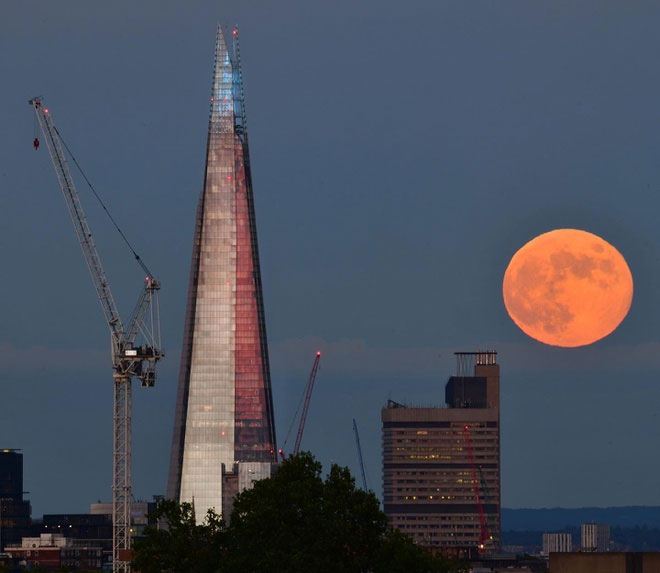 Ảnh chụp nguyệt thực nửa tối tại khu vực thành phố London (Anh).