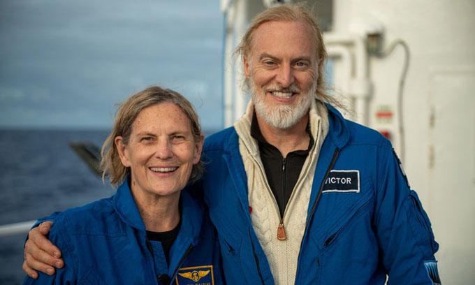 Kathy Sullivan và Victor Vescovo chụp ảnh sau khi hoàn thành chuyến lặn xuống vực thẳm Challenger.