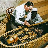 """""""Khoảnh khắc vàng"""" lúc mở quan tài vua Tutankhamun"""