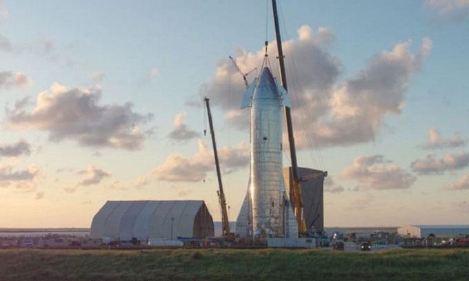 Nguyên mẫu Starship đầu tiên ở Boca Chica, Texas, năm 2019.