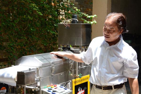 PGS.TS Trần Doãn Sơngiới thiệu chiếc máy làm bánh phở tự động siêu tốc.