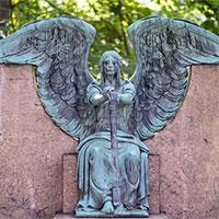 """Bức tượng """"khóc ra nước mắt đen"""" bí ẩn trong nghĩa trang"""