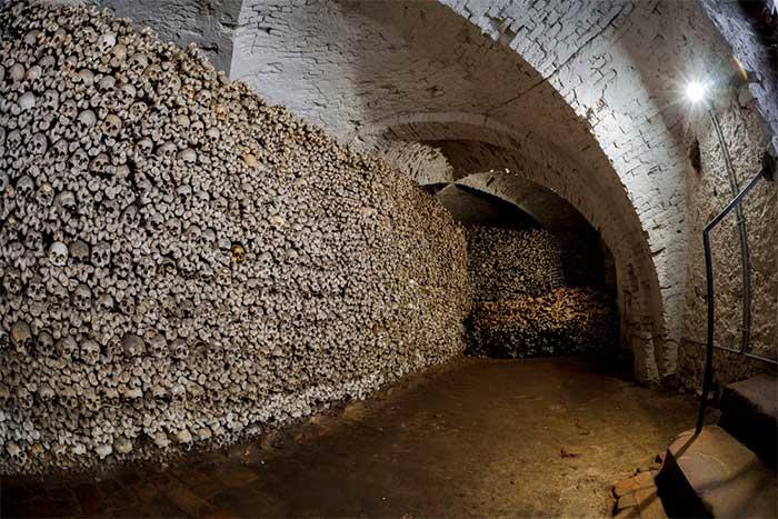 Hang động xương tại Oppenheim - Đức khiến nhiều người kinh ngạc.