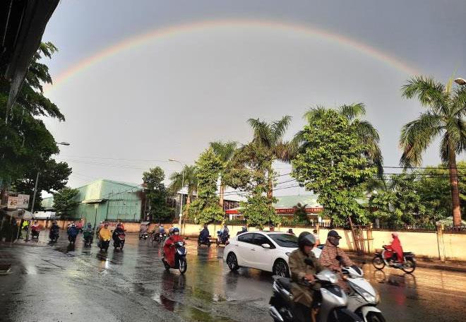 Sau khi xuất hiện quầng mặt trời, khu vực Đông Nam Bộ đổ mưa lớn và xuất hiện cầu vồng