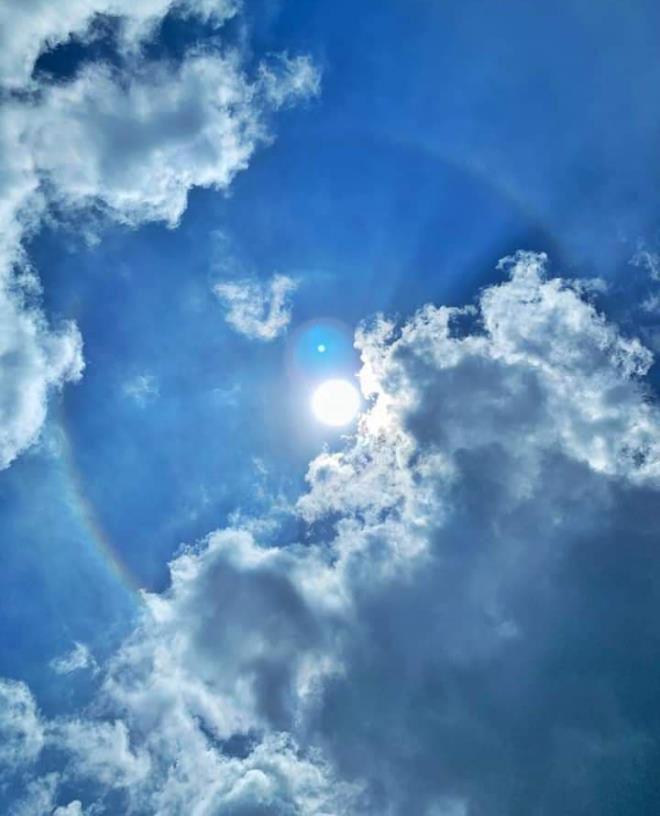 Theo quan sát, mặt trời được bao quanh bởi một quầng sáng như bảy sắc cầu vồng
