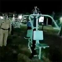 """Đi tuần ban đêm, cảnh sát Ấn Độ dựng tóc gáy vì chứng kiến...""""ma tập thể dục""""?"""
