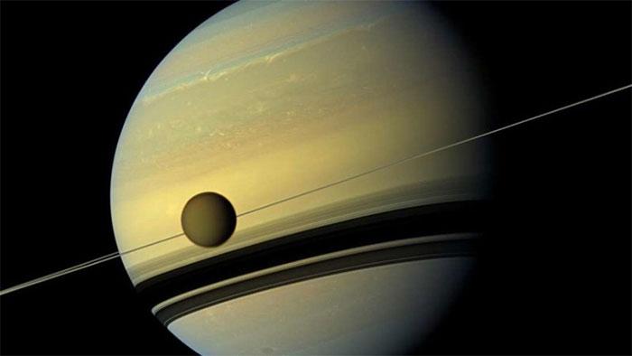 Vệ tinh Titan và sao Thổ.