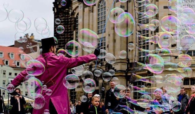 Một nghệ sĩ đường phố tạo ra bong bóng xà phòng khổng lồ ở Dresden, Đức.