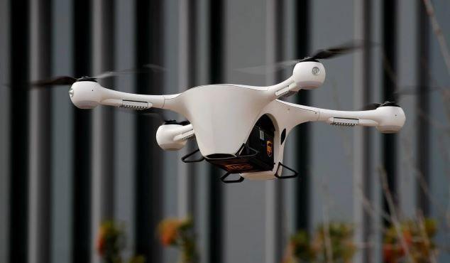 Súng bắn bong bóng xà phòng chứa phấn hoa được gắn vào drone.