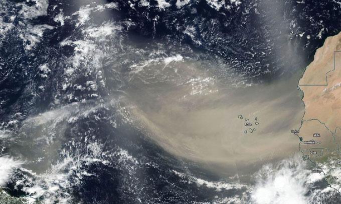 Khối bụi khổng lồ bay từ bờ biển châu Phi qua Đại Tây Dương.
