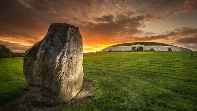 Lăng mộ tập thể ở Newgrange được xây dựng vào thời kỳ đồ đá.