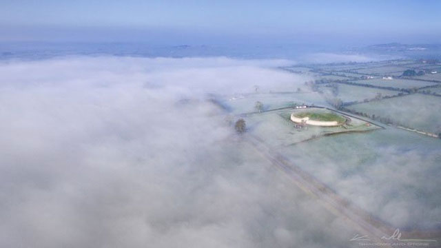 Lăng mộ Newgrange hình tròn trong một buổi sáng sương mù ở thung lũng Boyne, Ireland.