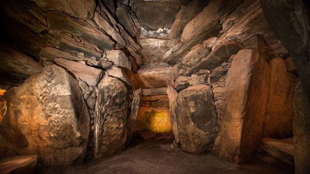 Bên trong lăng mộ Newgrange.