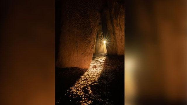 Bộ xương được tìm thấy trong một hốc đá ở cuối dãy mộ