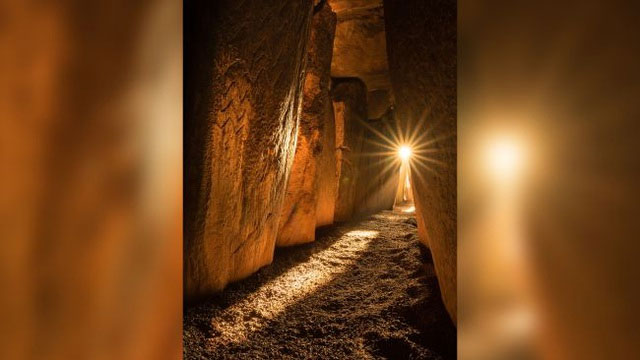 Bên trong lăng mộ Newgrange