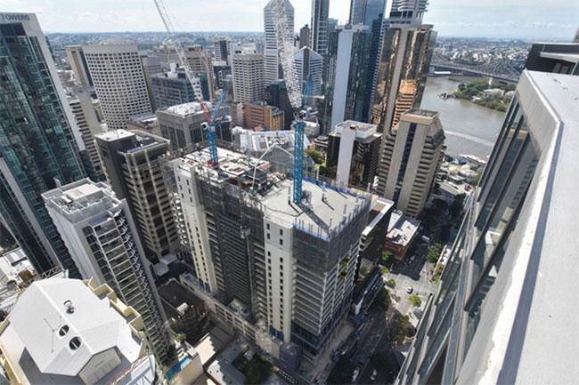 Hai tòa nhà đang được ghép nối tại Brisbane.
