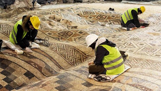 Một góc mặt sàn chứa bức tranh khảm gốm rộng tổng cộng hơn 1.000 mét vuông