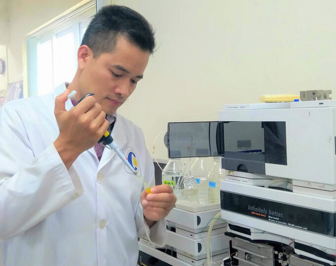 TS Hùng đang thực hiện công đoạn tách chiết hợp chất trong phòng thí nghiệm