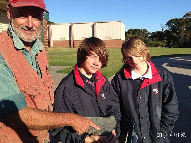 Mike Cleveland đang giới thiệu hóa thạch cho trẻ em.