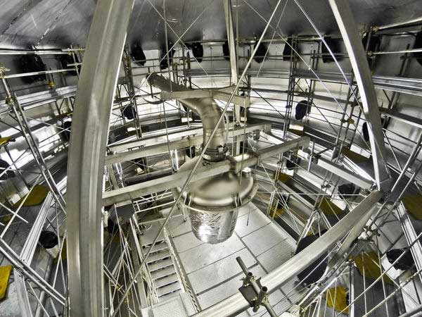 Bộ phận làm lạnh được treo hệ thống trụ đỡ trong thùng chứa của thí nghiệm Xenon1T.