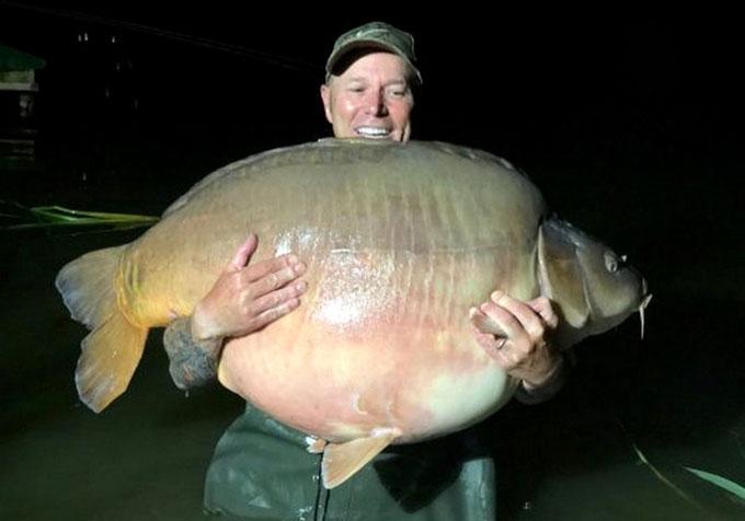 Martin Davidson chụp ảnh với con cá lớn.