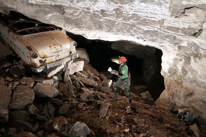 Một chiếc xe hơi đời cũ trong tình trạng han rỉ được tìm thấy bên trong khu mỏ.