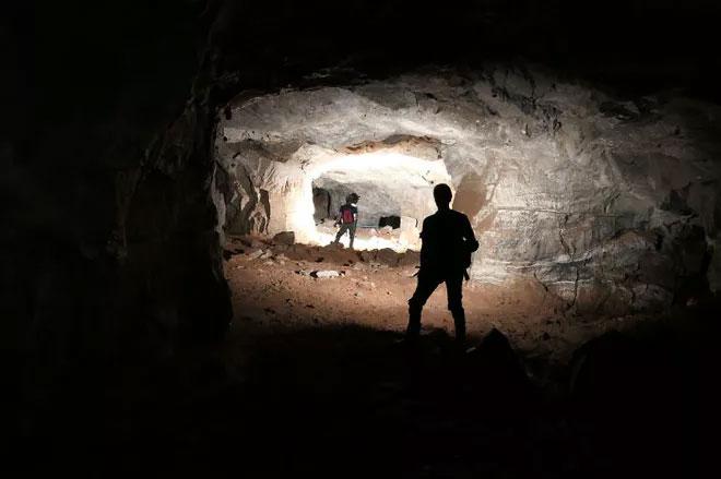 Hố tử thần xuất hiện giữa đường đã vô tình hé lộ một hầm mỏ thạch cao bí ẩn nằm ngay bên dưới mặt đất