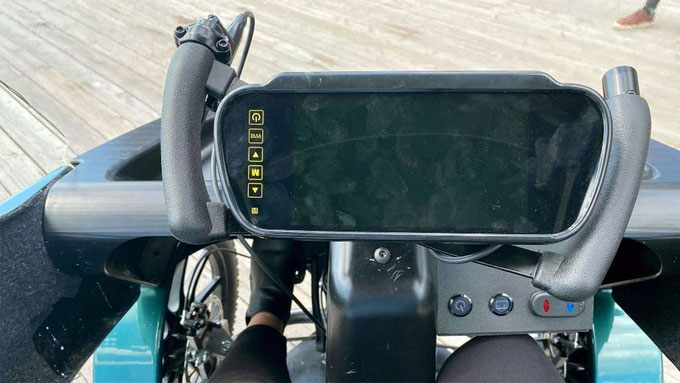 Tay lái cũng là kiểu của xe đạp, với một màn hình lớn.