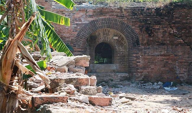 Một trong hai chiếc cổng thành trong hệ thống Kinh thành Huế.