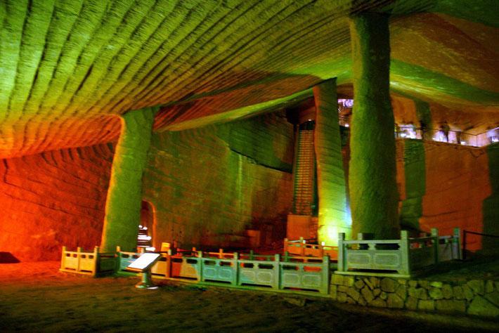 Bên trong hang Long Du