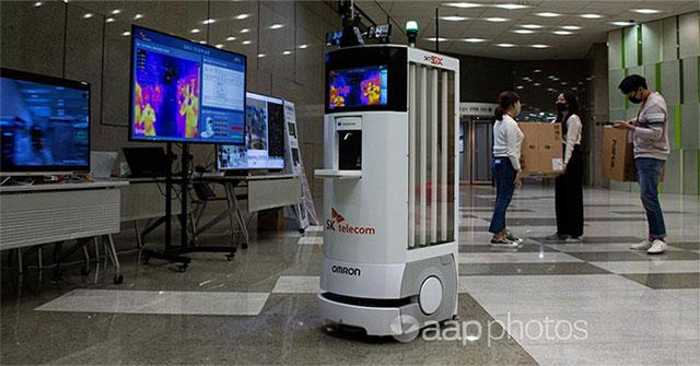 Hàn Quốc phát triển robot nhắc nhở giữ khoảng cách