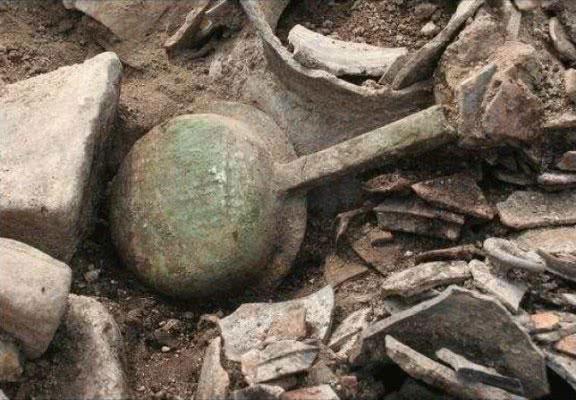 Bàn ủi bằng đồng được khai quật tại Gyeongju, Hàn Quốc (Cục Di sản Hàn Quốc)