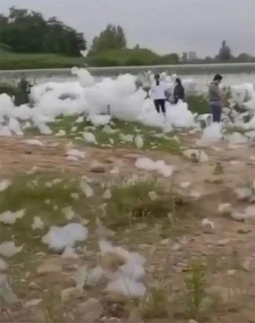 Nhiều người dân đã ra bờ sông chơi đùa, chụp ảnh với hiện tượng lạ.