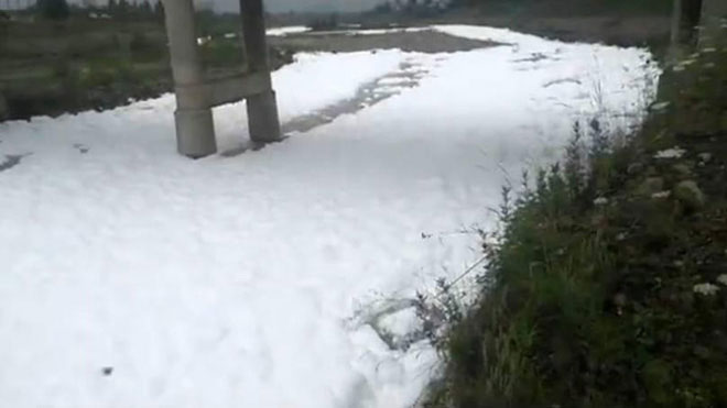 Dòng sông trắng xóa bọt tuyết gây xôn xao dư luận.