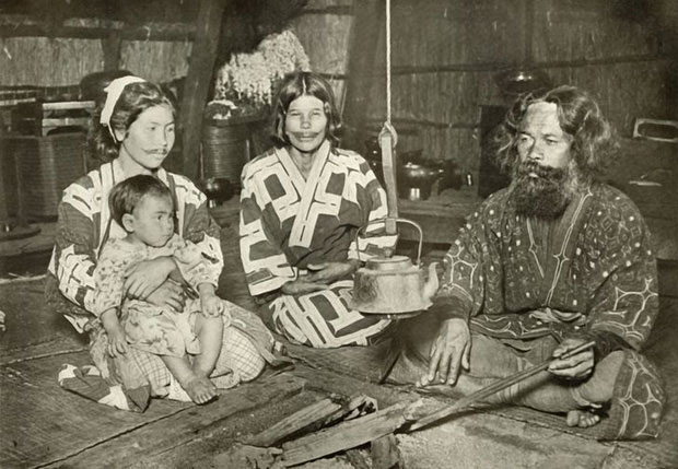Hình xăm của phụ nữ Ainu được làm dày đến mức thành... nụ cười.