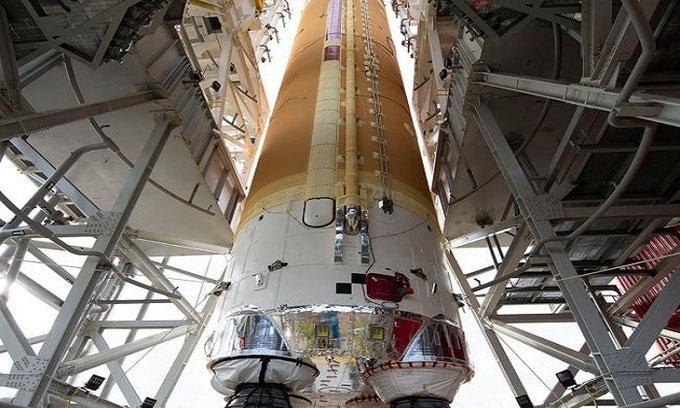 Tầng lõi tên lửa SLS trên giá đỡ ở Trung tâm Vũ trụ Stennis.