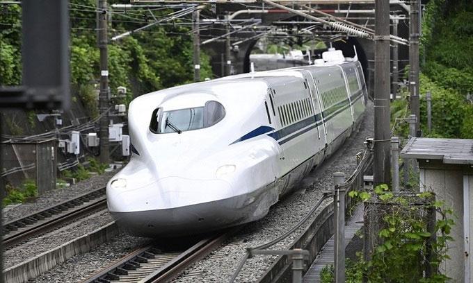 Tàu N700S chạy trên đường ray