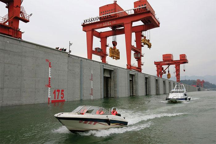 Con đập được xây dựng với 3 mục đích chính là: kiểm soát lũ lụt, sản xuất năng lượng sạch và cải thiện giao thông đường thủy.