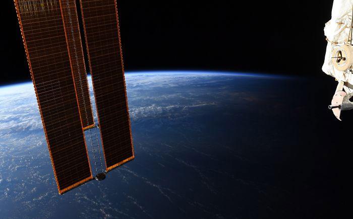 Phi hành gia NASA chia sẻ hình ảnh mãn nhãn về ranh giới ngày và đêm trên Trái đất nhìn từ vũ trụ - Ảnh minh hoạ 2