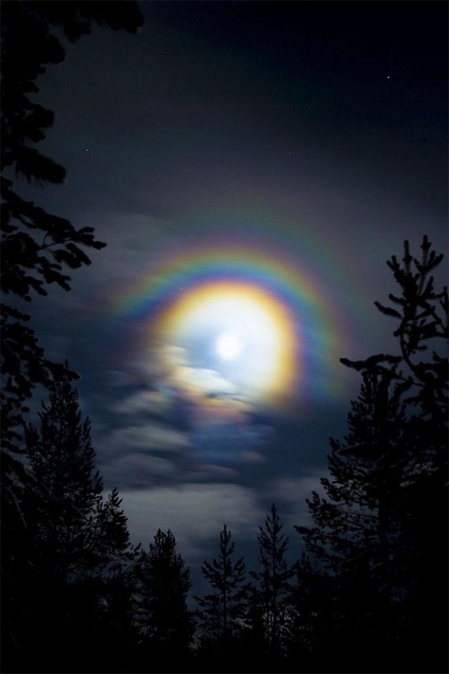 Sự kết hợp các yêu cầu này làm cho cầu vồng mặt trăng hiếm hơn nhiều so với cầu vồng do mặt trời tạo ra.