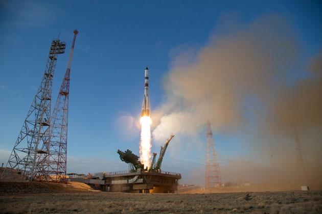 Tên lửa bay được là nhờ vào việc chất khí phụt ra phía sau tạo nên một phản lực.