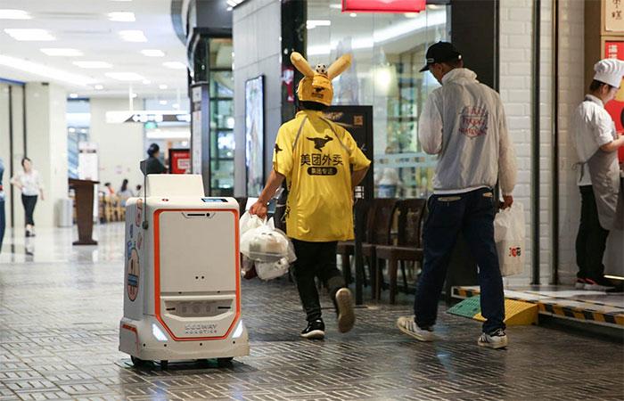 Các robot đang dần thay thế sự hiện diện của con người trong một số công việc, chẳng hạn như giao đồ.