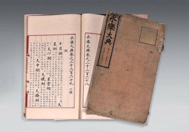 Những cuốn sách có kích thước 20 inch x 12 inch được viết bằng mực đỏ và đen trên giấy.