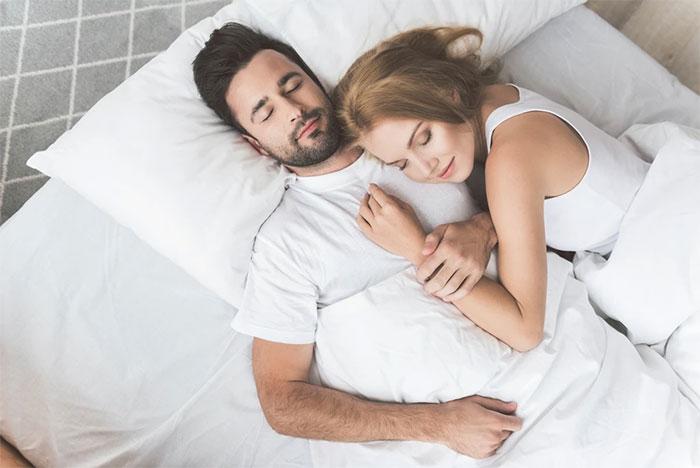 Ngủ cùng bạn đời là một trong những cách để có giấc ngủ REM chất lượng.