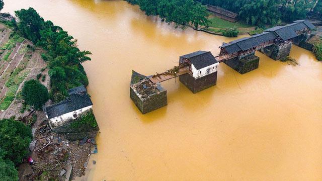 Một cây cầu cổ ở huyện Wuyuan, tỉnh Giang Tây, Trung Quốc, bị nước lũ hủy hoại, ngày 9/7/2020